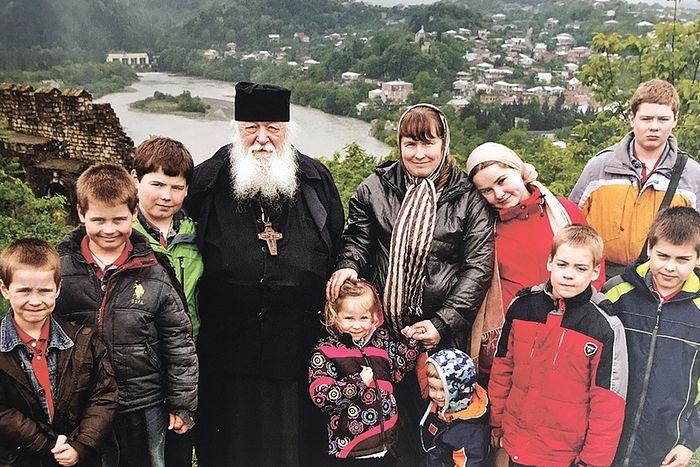 Протоиерей Валериан с дочерью и внуками