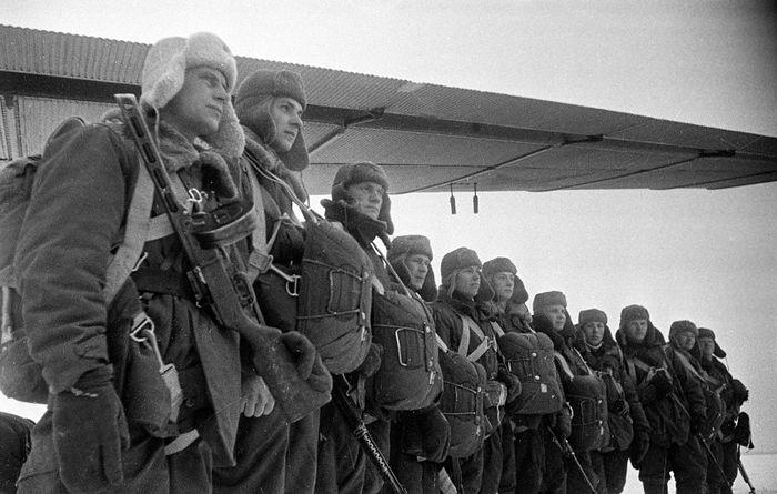 Советские десантники на зимнем аэродроме у самолета ТБ-3. Фото: waralbum.ru