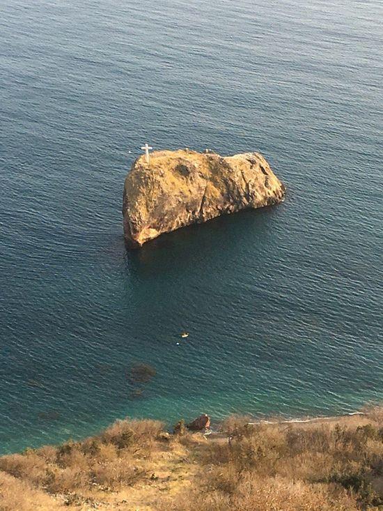 Поклонный крест на скале