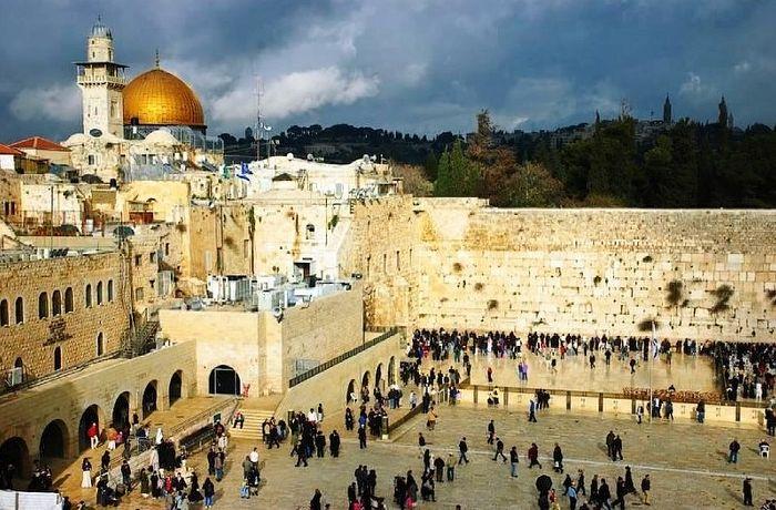 Вид на «Храмовую гору». Справа внизу фрагмент «Стены плача», слева вверху – мечеть «Золотой Купол»