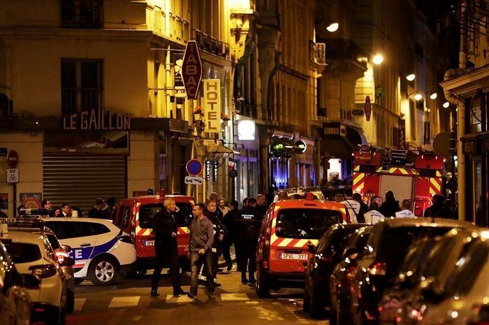 Силы охраны правопорядка на месте совершения террористического нападения в Париже.