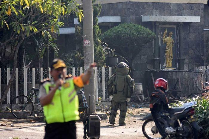 Полиция и сапёры у места взрыва бомбы у входа в католическую церковь Девы Марии в Сурабае, Индонезия