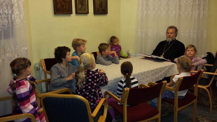 В приходе проводятся занятия по изучению основ православной веры для детей.