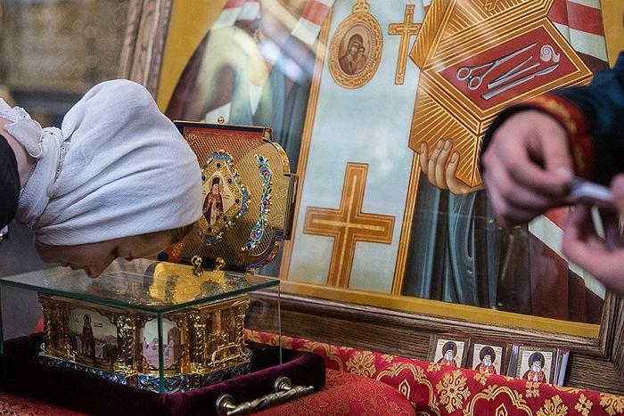 Прихожанка Донского монастыря Москвы у мощей святителя Луки Крымского. Фото: Юлия Маковейчук