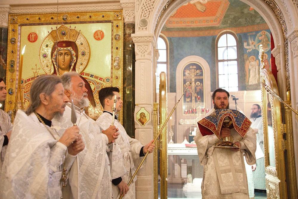 Великий Вход. С Чашей епископ Гдовский Фома
