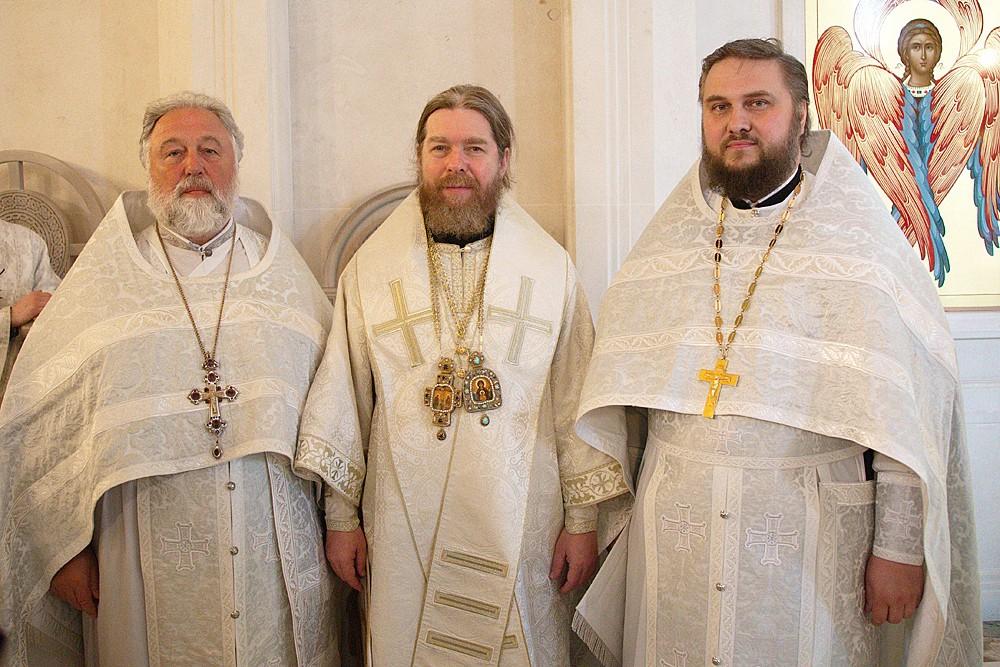 Митрополит Тихон и протоиереи Георгий Студенов и Серафим Недосекин