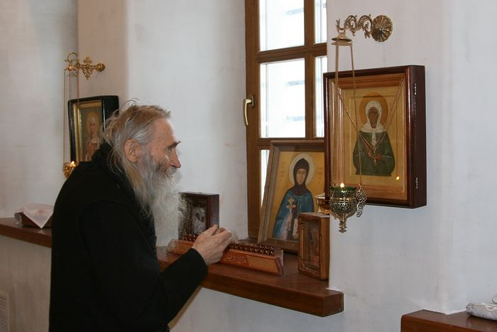 Schema-Archimandrite Iliy (Nozdrin) gives his blessing for the creation of a new side-altar dedicated to St. Matrona of Moscow.