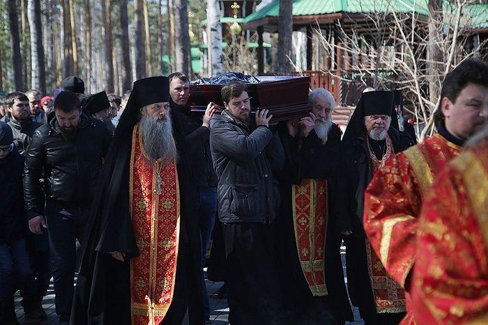 В день погребения, слева от гроба - иеромонах Николай (Букин), справа - архимандрит Иоанн (Маграмм) Фото: Екатеринбургская епархия
