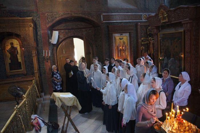 Хор. Литургия в Сретенском монастыре