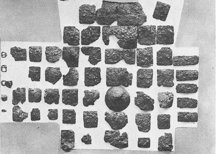 Доспех, найденный при археологических раскопках в Довмонтовой башне и приписываемый князю Довмонту-Тимофею. Найденные пластины и вариант реконструкции.