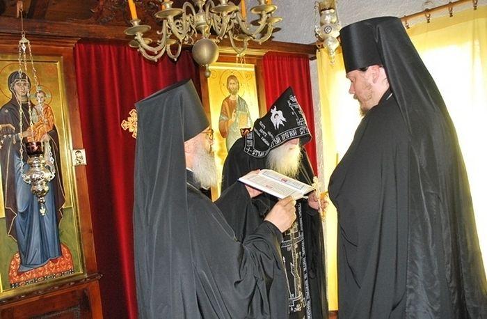 Епископ Корсунский Нестор совершает постриг отца Гавриила в великую схиму