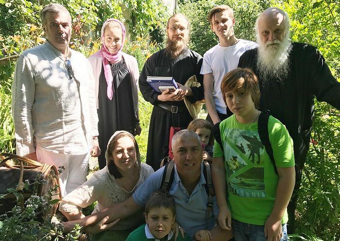 Отец Гавриил (Бунге) с прихожанами