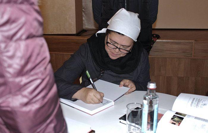 Анастасия Рахлина подписывает книгу «В руки, Твои, Господи…»