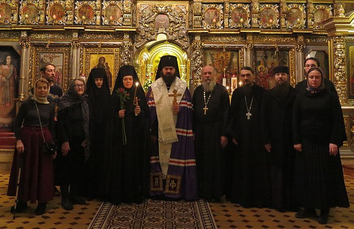 Архиепископ Феофилакт с новопостриженной монахиней Иулианией и знакомыми ей священниками, монахами, мамой и друзьями