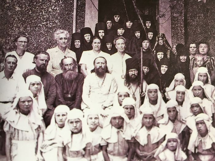 Владыка Иоанн с насельницами Богородице-Владимирской обители, игуменьей Ариадной, духовенством и воспитанницами Ольгинского приюта при обители