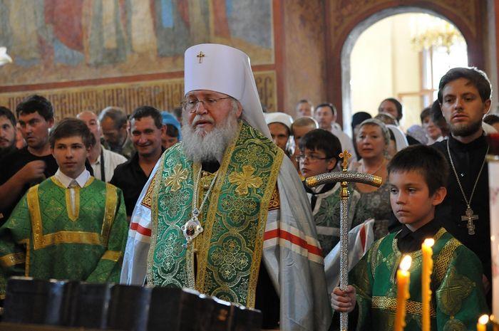 Власик прислуживает Главе Русской Православной Церкви Заграницей митрополиту Восточно-Американский и Нью-Йоркский Илариону