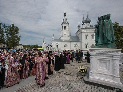 На подворье Никольского монастыря освящен памятник Царственным страстотерпцам