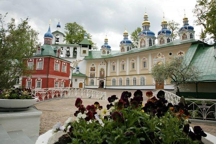 Фото: https://www.pskovo-pechersky-monastery.ru/fotogalereya/