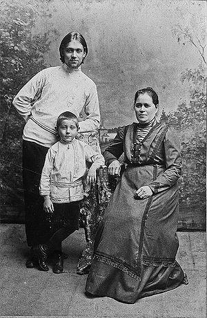 Сергей Сахаров, мать Матрона Андреевна Сахарова и племянник. 1913 г.