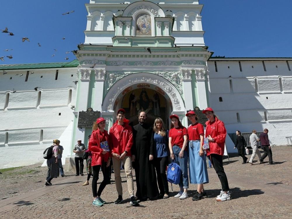 В Троице-Сергиевой Лавре гостей и участников Чемпионата мира по футболу встречают спортивные волонтеры