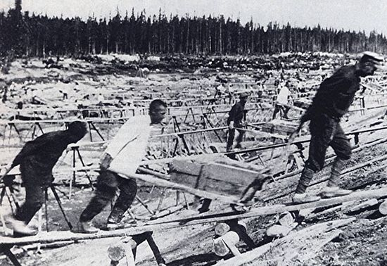 Заключенные советских лагерей. Изображение с сайта little-histories.org