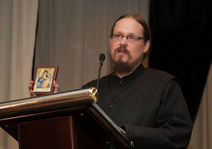 Священник Георгий Максимов с почитаемой филлипинцами иконой Божией Матери. Фото из личного архива отца Георгия Максимова
