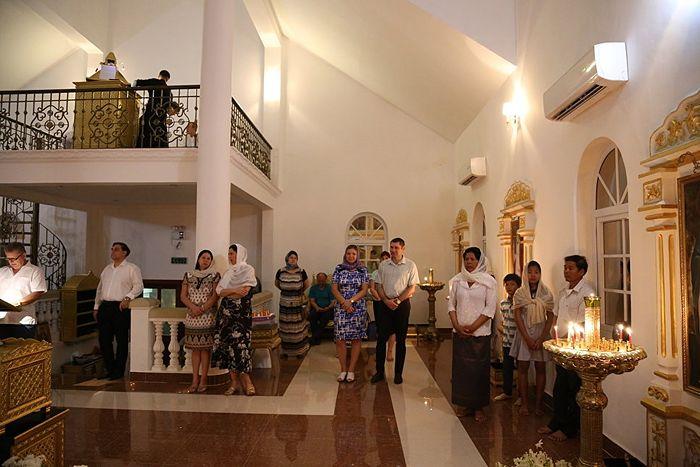 Прихожане Георгиевского храма в г. Пномпене на Пасхальной службе. Фото из архива Православной церкви в Камбодже