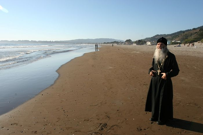 Схиархимандрит Илий (Ноздрин) в Калифорнии, на берегу Тихого океана Фото протоиерея Петра Перекрестова