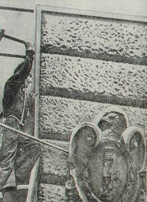 Итальянский рабочий сбивает эмблему фашизма. Фотография. 1943 год.
