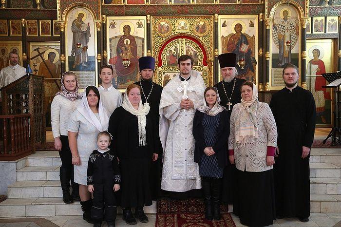 Священник Кирилл Терентьев после хиротонии со своей семьей и близкими