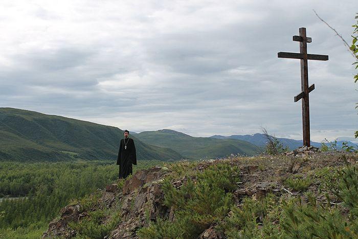 У поклонного креста в Магаданской области. Фото из архива священника Владимира Зимонова