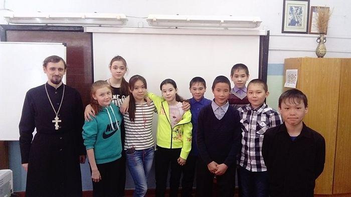 После беседы со школьниками в поселке Эвенск. Фото из архива священника Владимира Зимонова