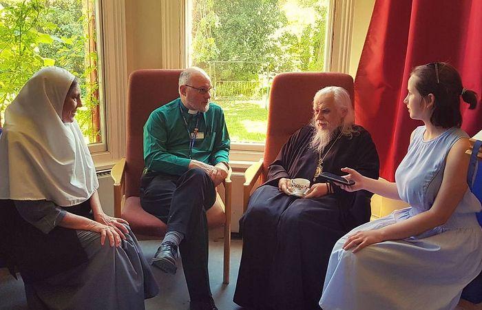 Встреча епископа Пантелеимона с капелланом Англиканской Церкви Тони Кириакидисом (второй слева) в хосписе Марии Кюри в Хэмпстеде