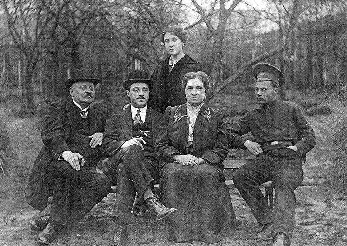 До революции Родители Бориса Малышева с друзьями и Николай Воробьев (справа)