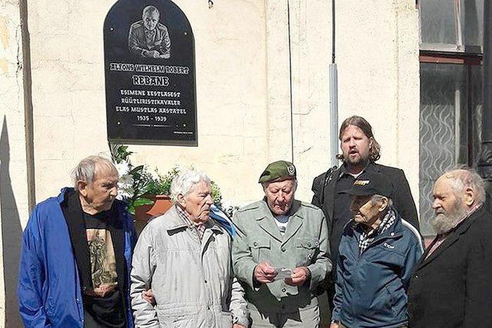 Мемориальная доска штандартенфюреру СС Альфонсу Ребане в эстонском поселке Мустла