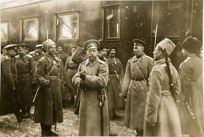 Император Николай II (в центре) у своего вагона