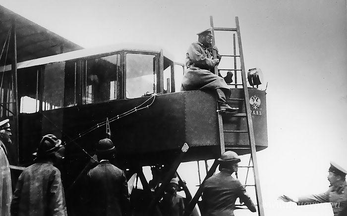 Николай II осматривает четырехмоторный аэроплан «Русский витязь» И.И. Сикорского. Лето 1913 года