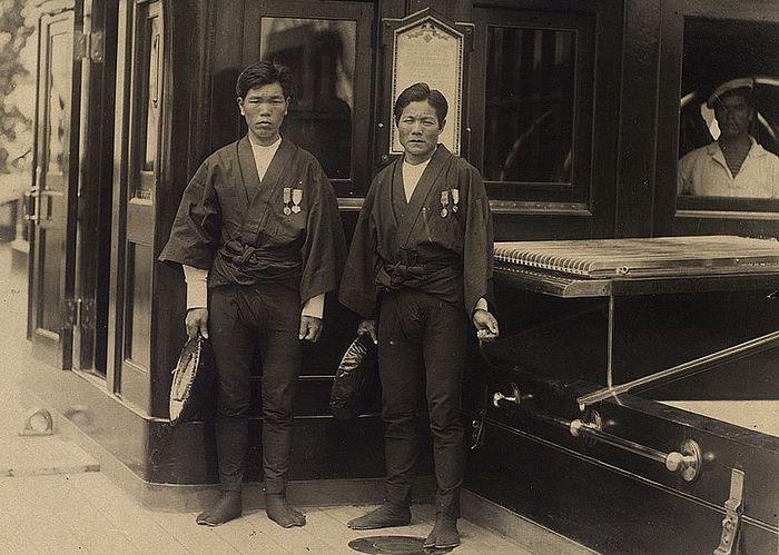 Рикши принцев Георга (Китагаити Ититаро, слева) и Николая (Мукохата Дзисабуро)