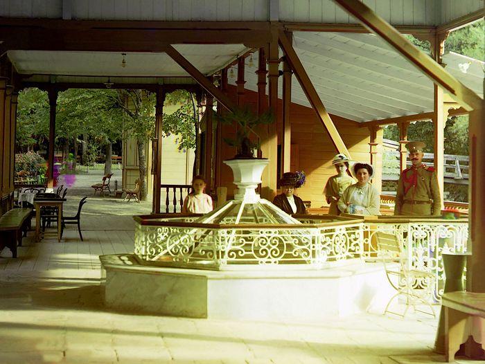 У источника на курорте в Боржоми