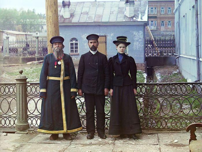 Три поколения. А. П. Калганов с сыном и внучкой. Двое последних работают в мастерских Златоустовского завода. Осень 1909 года