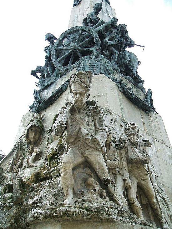 Фрагмент частично поврежденного монумента в честь победы британо-португало-испанской армии в битве при Виттории, показывающий бегство французских солдат с поля боя