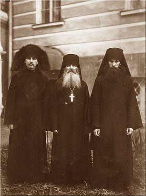 Отец Иоанн (справа) в Троице-Сергиевой лавре после поступления в Московскую духовную семинарию