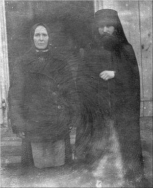 Отец Иоанн Маслов после пострига в монашество с матерью монахиней Ниной в Глинской пустыни