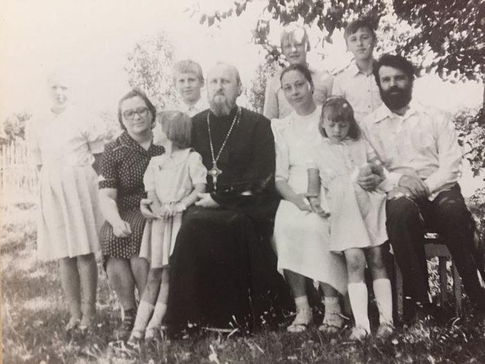Будущий монах Севастиан - крайний справа. 15-летие венчания отца Геннадия и матушки Ксении
