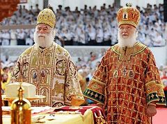Primates of Alexandria and Russia celebrate Liturgy together in Moscow Kremlin