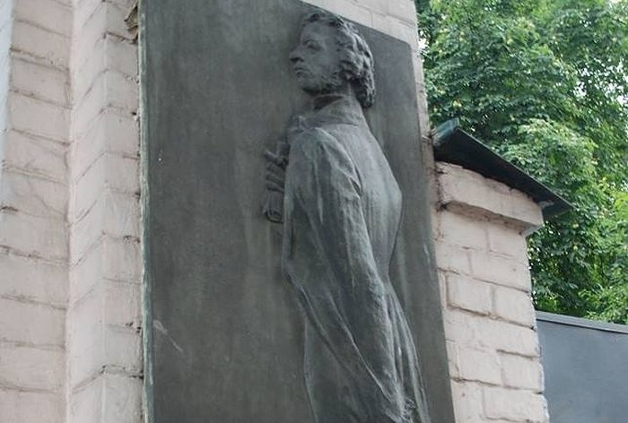 Барельеф А.С. Пушкина на доме Раевского