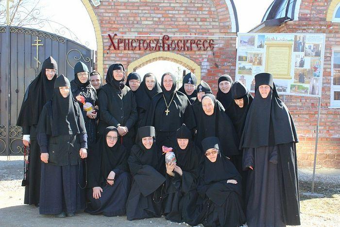 Сестры обители с игуменией Виталией
