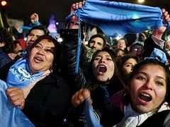 Argentina abortion: Senate defeats bill after polarising debate