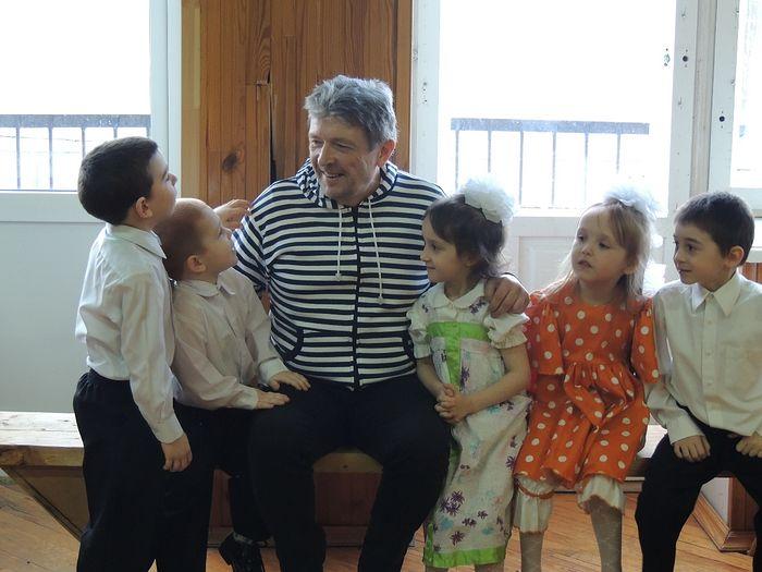 Андрей Викторович Завражнов с детьми приюта