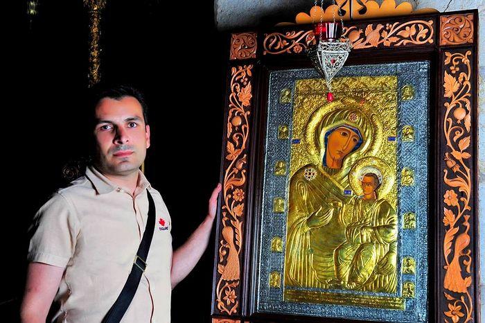 Зураб Шиошвили с чудотворной иконой «Царица, дарующая радость» у копии чудотворной иконы в монастыре Креста. Иерусалим